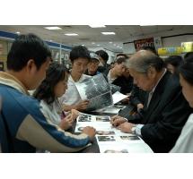 吳傳麟在王府井書店為讀者簽名贈書
