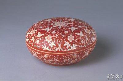矾红地白花蝴蝶纹圆盒,清雍正,高10cm,口径18cm,足径12cm