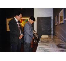 1998年香港個人畫展中陪黃永玉先生參觀