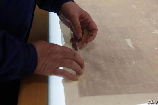 """传统的古籍修复中有通过""""补字""""""""划栏""""等技术手段"""