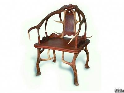 长案等硕大的家具,饰以龙凤蟒麟等花纹