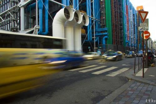 也在呼应着蓬皮杜艺术中心背面不同功用的四色管道